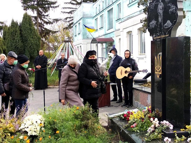 Урочисте відкриття пам'ятника Героям Небесної Сотні в смт. Гришківці