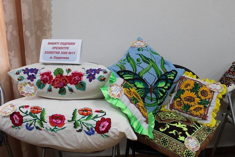 Виставка вишитих подушок у Бердичеві