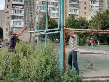 Спортивний майданчик на Червоній горі в Бердичеві вже ремонтують. Фото