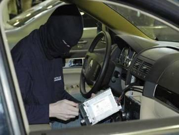 Молода бердичівлянка допомогла злодію викрасти магнітолу зі свого ж авто